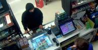 В штате Орегон полиция разыскивает злоумышленника, пытавшего ограбить круглосуточный магазин, угрожая продавцу маленьким топором.
