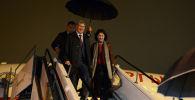 Экс-президент Кыргызстана Алмазбек Атамбаев с супругой Раисой Атамбаевой и телохранителем Дамиром Мусакеевым. Архивное фото