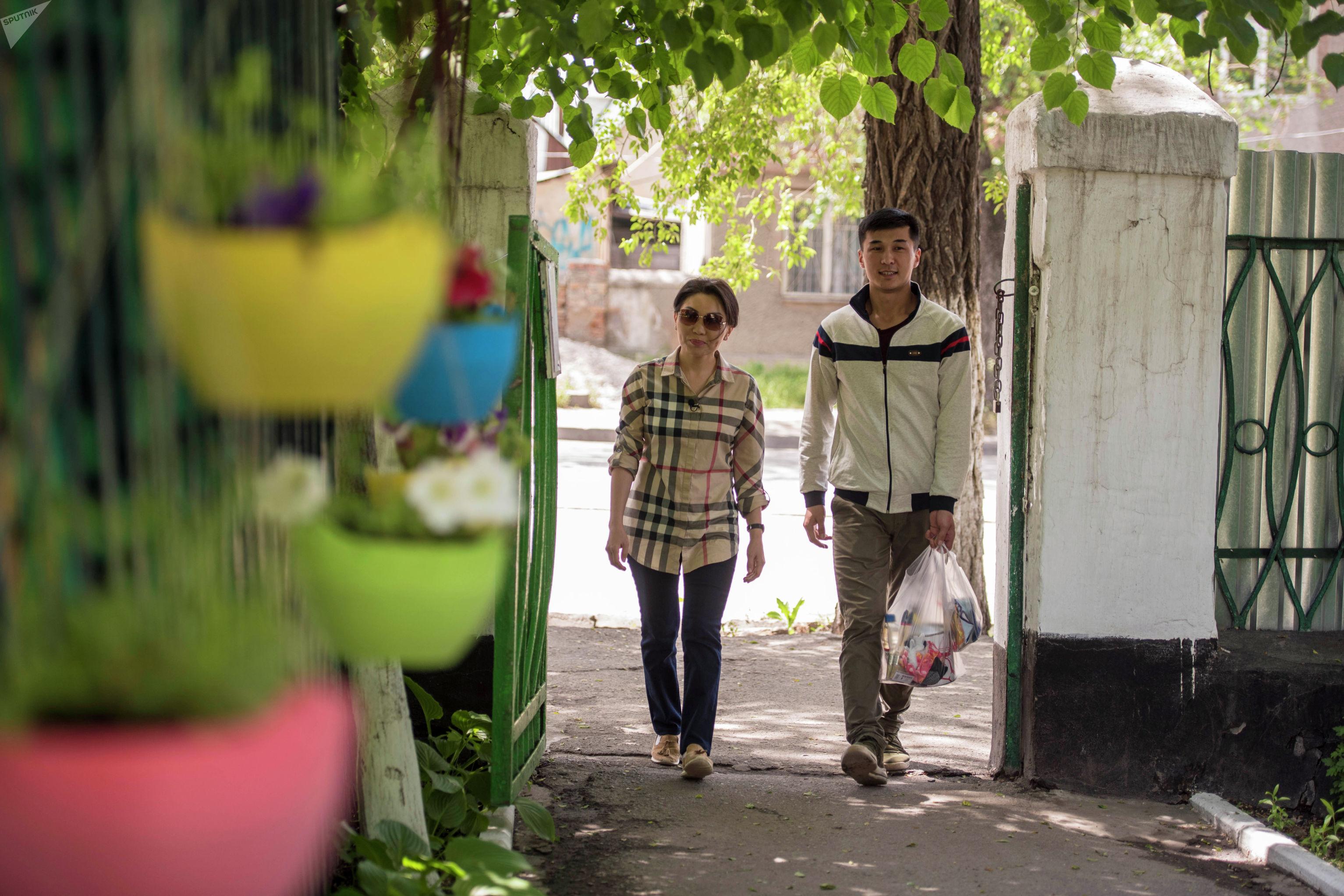 Депутат ЖК Эльвира Сурабалдиева в рамках проекта Слуга народа помыла забор в доме престарелых в Бишкеке