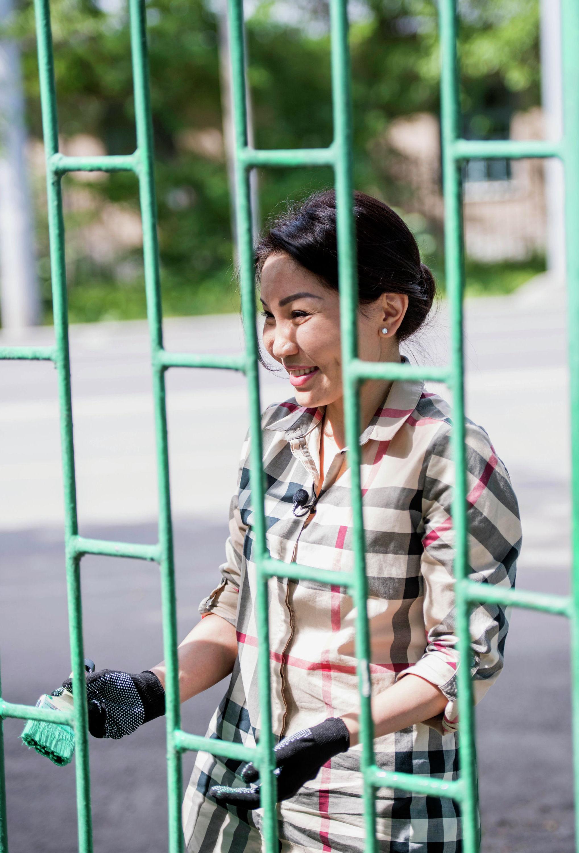Депутат ЖК Эльвира Сурабалдиева в рамках проекта Слуга народа покрасила забор в доме престарелых в Бишкеке