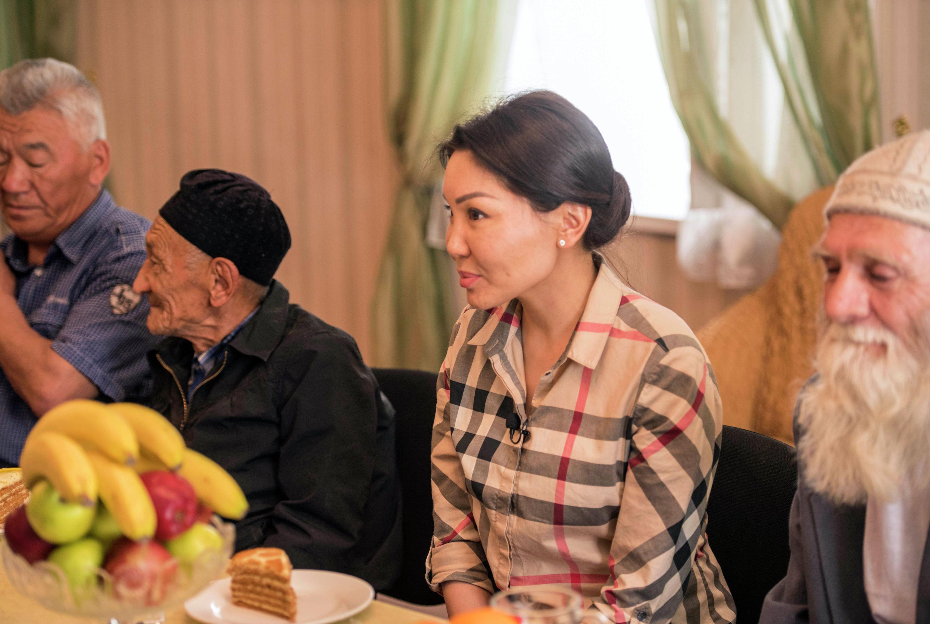 Депутат ЖК Эльвира Сурабалдиева в рамках проекта Слуга народа в доме престарелых в Бишкеке