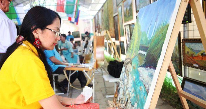 В Оше работают художники из 10 тюркоязычных стран, которые изображают на своих картинах южную столицу КР