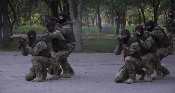 На юге Бишкека военные провели спецоперацию на глазах у детей и взрослых.