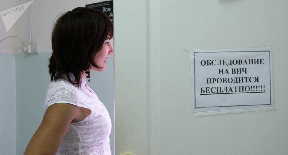 Девушка пришла проверить на статус ВИЧ. Архивное фото