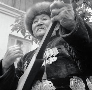 Залкар төкмө акын, комузчу, обончу, дастанчы, эл артисти Алымкул Үсөнбаев. Архив