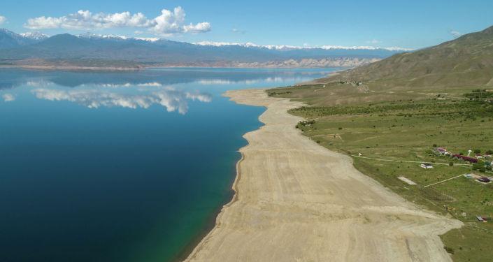 Вид на Токтогульскую водохранилищу во время маловодного периода