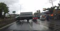 Во Вьетнаме водитель грузовика чудом избежал аварии на трассе.