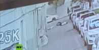 В Китае прохожий спас двухлетнего мальчика, который выпал с балкона на пятом этаже. Происходящее зафиксировала камера наружного наблюдения.