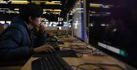 Компьютерде сынак тапшырып аткан студент. Архивдик сүрөт
