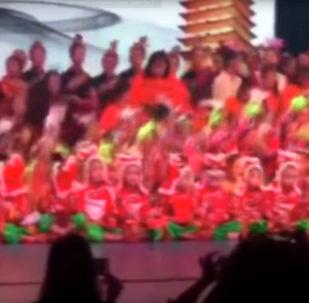 Во время конкурса в китайском городе Чжанчжоу рухнула театральная сцена с сотнями детей.