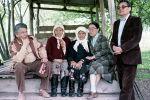 На этом снимке писатель Чингиз Айтматов запечатлен вместе с общественным деятелем Шаршенаалы Усубалиевым, его матерью и супругой