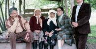 Известный писатель Чингиз Айтматов, общественный деятель Шаршенаалы Усубалиев и его супруга с матерью. 1993 год