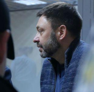 Руководитель портала РИА Новости Украина Кирилл Вышинский в Подольском районном суде Киева, где рассматривается обвинительный акт в его отношении.