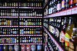 Алкогольная продукция на полке магазина. Архивное фото