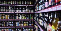 Алкогольная продукция на прилавке супермаркета. Архив