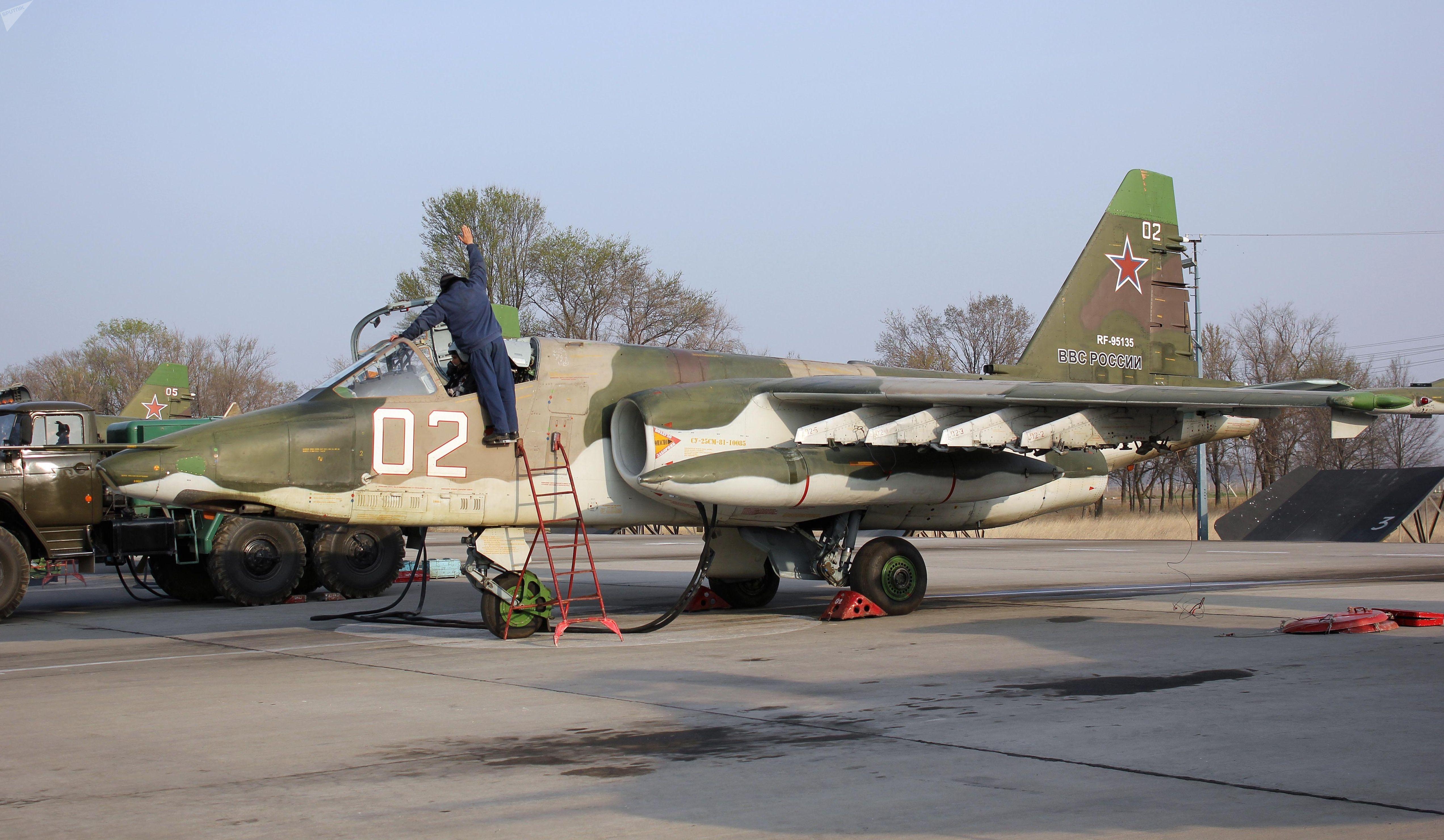 Звено штурмовиков Су-25СМ совершило перелет с авиабазы ОДКБ Кант в Душанбе в рамках подготовки к учению.