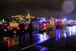 Полицейские и пожарные машины на берегу Дуная в Будапеште (Венгрия) где опрокинулся туристический катер. 29 мая 2019 года