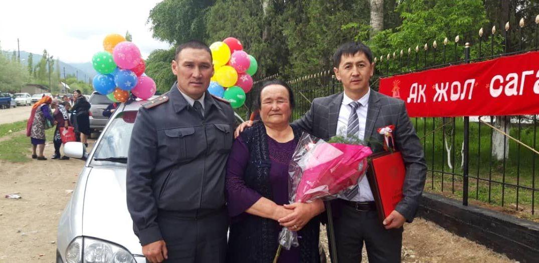Выпускник села Озгоруш Токогульского района со своим классным руководителем Касиет Исаковой
