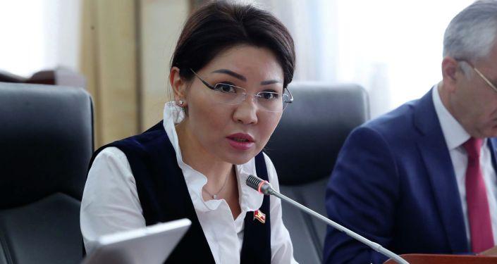 Депутат Жогорку Кенеша от фракции СДПК Эльвира Сурабалдиева на заседании