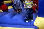 Дети прыгают в батуте. Архивное фото