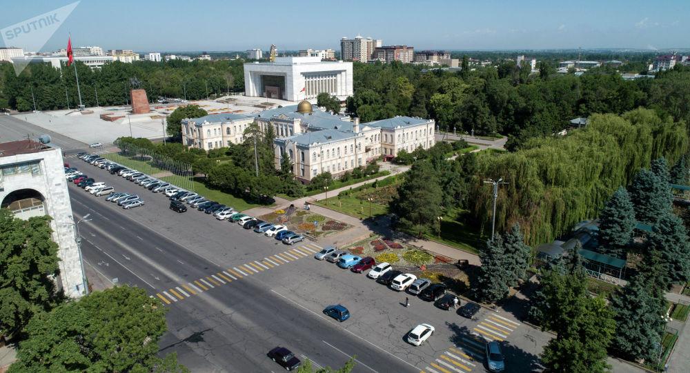 Автомобили припаркованные на площади Ала-Тоо в Бишкеке