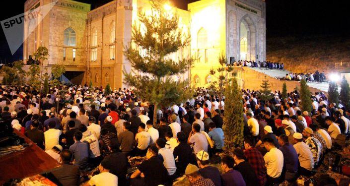 В Центральной мечети Оша Кадыр тун (Ночь предопределения) встретили более 15 тысяч человек