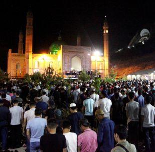 Ош шаарындагы Сулайман-Тоо борбордук мечитине Кадыр түнгө 18 миңдей адам келди.