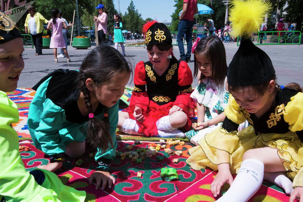 Бишкекте иш-чараларда балдар улуттук оюндарды дагы ойношту