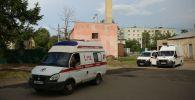 Автомобили скорой помощи и пожарной службы у проходной завода Кристалл в Дзержинске.