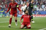 Мохамед Салах из Ливерпуля празднует забить свой первый гол с пенальти с Джорданом Хендерсоном на финале Лиги чемпионов сезона 2018/2019. 1 июня 2019 года