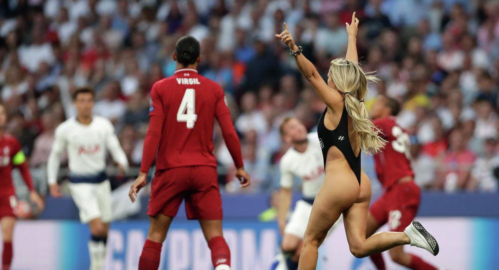 Американская модель Кинси Волански на футбольном поле во время финала Лиги чемпионов сезона 2018/2019 между английскими клубами Тоттенхэм и Ливерпуль