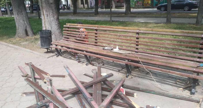 Сотрудники муниципального предприятия Тазалык починили сломанную скамью на проспекте Молодой Гвардии