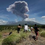Бали аралындагы Агунг жанар тоосу атылды