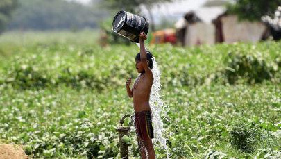 Мальчик поливает себя водой в жаркий день в Нью-Дели. Архивное фото