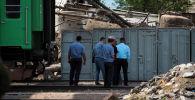 Сотрудники милиции на месте взрыва в котельной возле железнодорожного переезда по улице Панфилова в центре Бишкека. 3 июня 2019 года