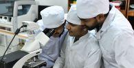 Студенты на занятиях в лаборатории электронной микроскопии. Архивное фото