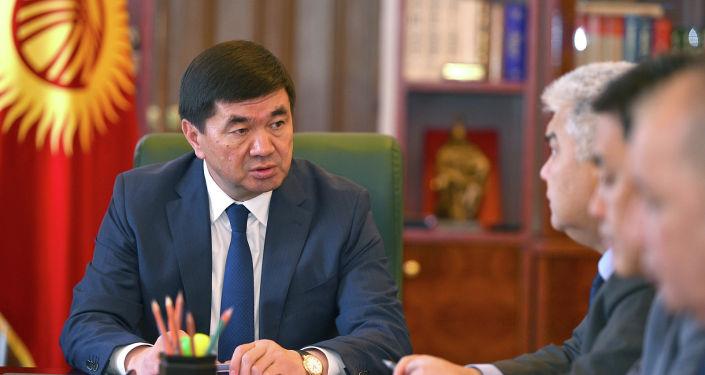 Премьер-министр Мухаммедкалый Абылгазиев Азаттык радиосунун журналисттик иликтөөсүндө айтылган фактыларды текшерүүнүн жүрүшү боюнча кеңешме өткөрдү.