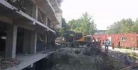 В Оше сносят строящийся многоэтажный дом по улице Масалиева, на месте работают экскаваторы с отбойными молотками, сообщает региональный корреспондент Sputnik Кыргызстан.