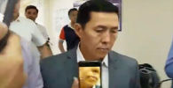 В Сети появилось видео, как заведующего отделом судебной реформы и законности аппарата президента КР Манаса Арабаева ударили по голове сумкой.
