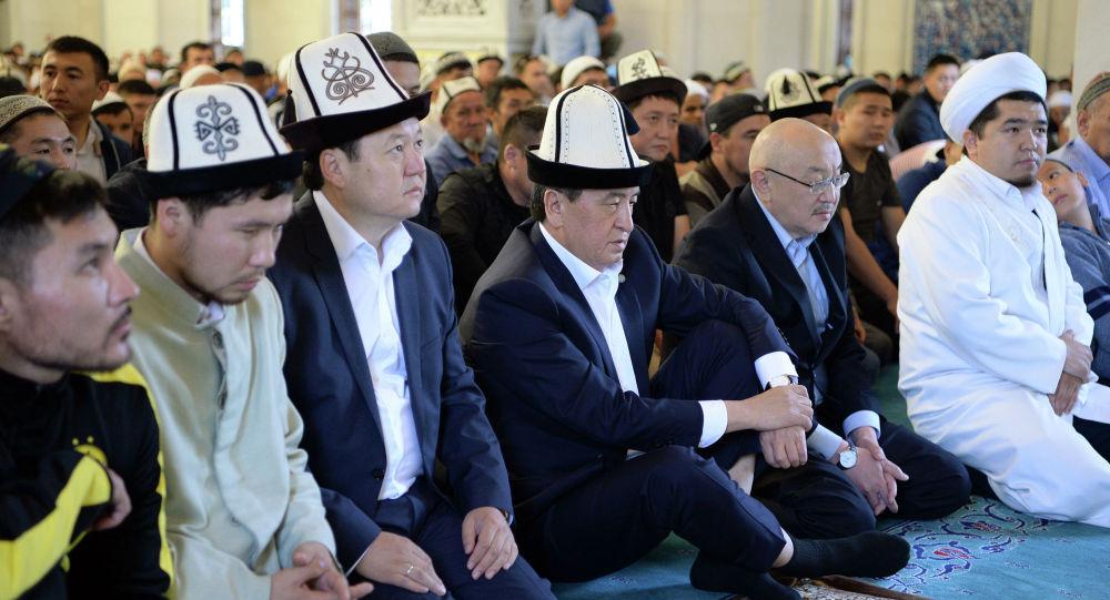Президент Сооронбай Жээнбеков Орозо айт намазын Бишкек шаарынын борбордук мечитине барып окуду