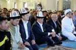 Президент Сооронбай Жээнбеков в праздник Орозо айт посетил центральную мечеть Бишкека