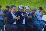 Экс-президент Алмазбек Атамбаев Аламүдүн районунун Арашан айылындагы мечитке барып айт намазын окуду