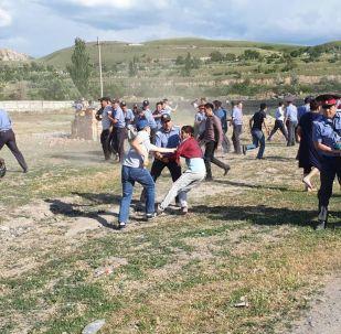 Сокулук районунун Орок айылындагы жаңжалга катышкандарды милиционерлердин кармоосу