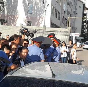 Сегодня, 5 июня, Первомайский райсуд Бишкека арестовал экс-генпрокурора Аиду Салянову до 26 июня. Это решение вызвало недовольство ее сторонников.