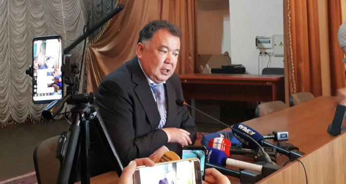Полпред правительства в Чуйской области Туйгунаалы Абдраимов во время пресс-конференции журналистам