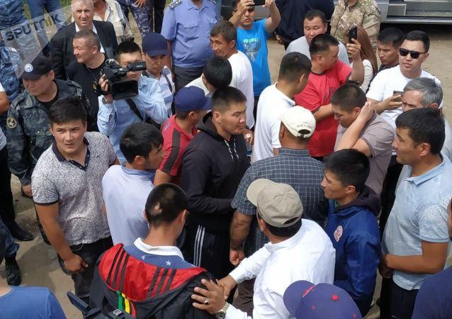 Сотрудники милиции в селе Орок Сокулукского района, где произошел конфликт между местными жителями