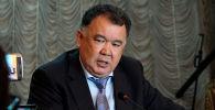 Сегодня журналисты штурмовали полномочное представительство правительства в Чуйской области. Они буквально вынудили главу региона Туйгунаалы Абдраимова объяснить, почему он оскорбил корреспондентку одного СМИ.