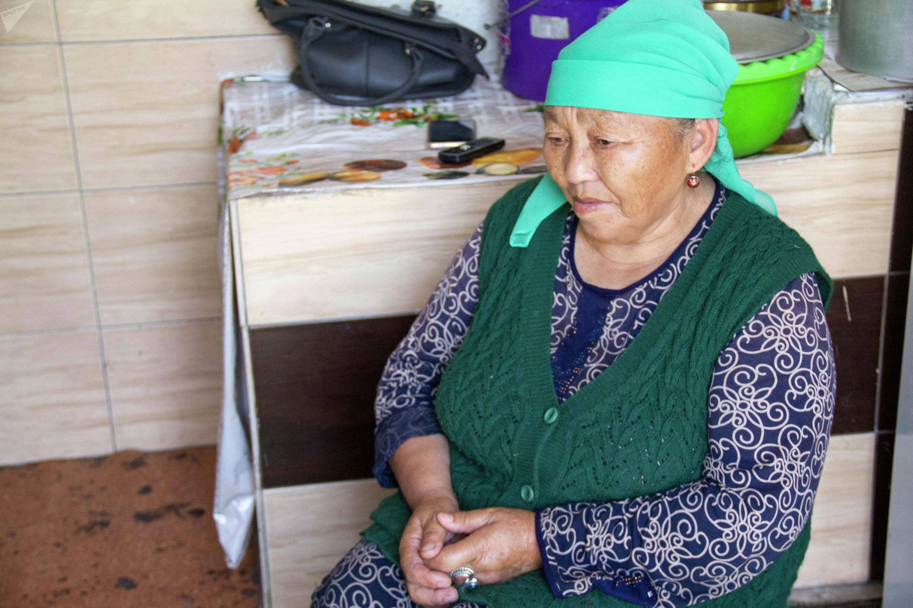 Жительница одного из новостроек Бишкека Айымбубу Сабырова, которая одна растит 4 внуков после смерти невесток во время родов