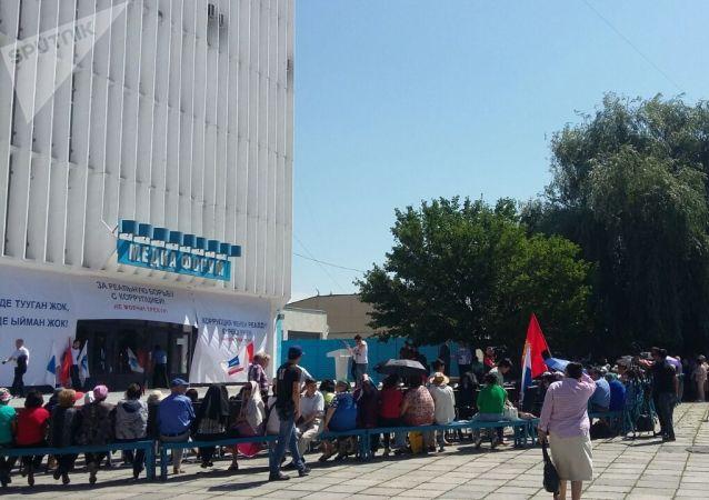 Участники митинга Социал-Демократической партии Кыргызстана За реальную борьбу с коррупцией у здания Форум в Бишкеке