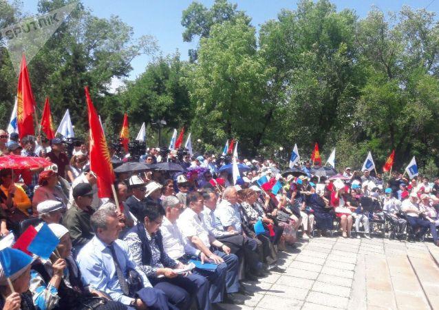 Экс-президент КР Алмазбек Атамбаев на митинге Социал-Демократической партии Кыргызстана За реальную борьбу с коррупцией у здания Форум в Бишкеке